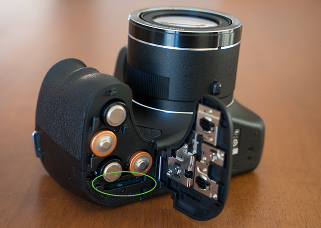 Sony_DSC-H300-lecteurSD.jpg