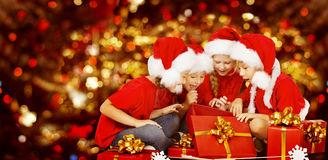 noël-badine-le-boîte-cadeau-actuel-s-ouvrant-enfants-en-santa-hat-46138985.jpg