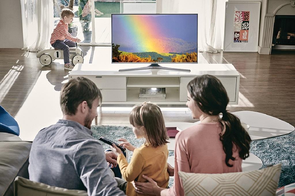 Картинка человека смотрящего телевизор