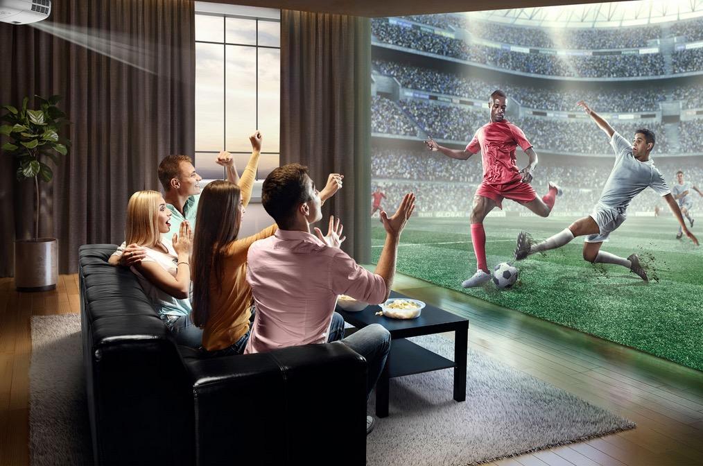 Cinéma maison avec projecteur et écran géant