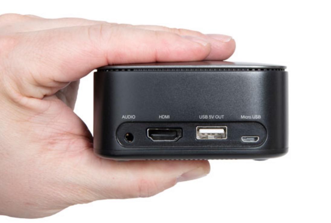 Un projecteur compact tient dans la main.