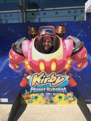 Paul Hunter pose fièrement durant son essai du jeu Kirby: Planet Robobot à Toronto en juin dernier!