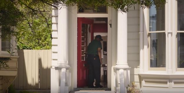 Avec la sonnette et la serrure intelligente d'August, on peut permettre à une livraison d'être laissée à l'intérieur.