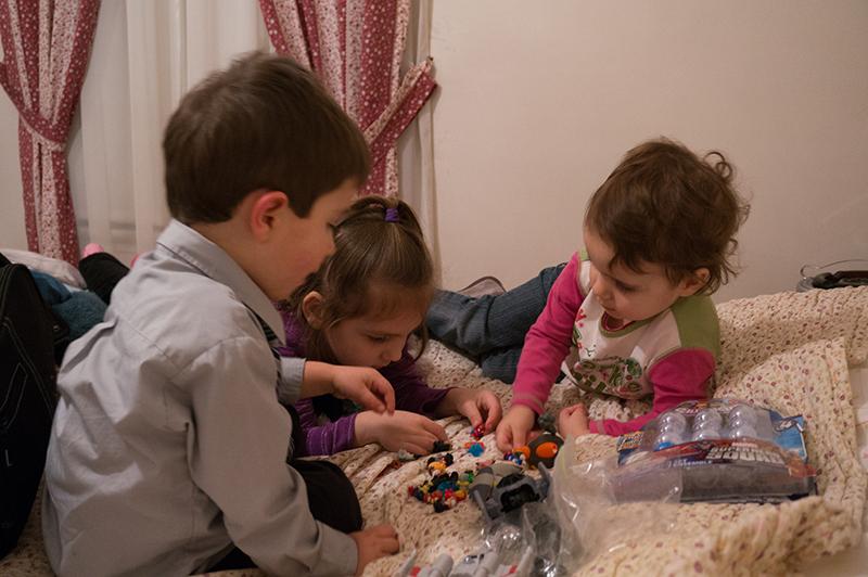 Enfants qui jouent Noël photo