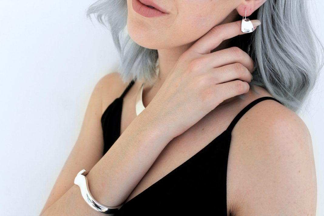 best-buy-how-to-style-minimal-jewelry-earrings-1068x712