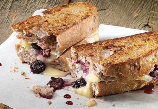 Grilled cheese aux bleuets et au brie