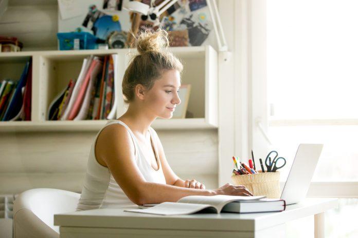 Personnalisez votre chambre d'étudiant avec du mobilier coloré