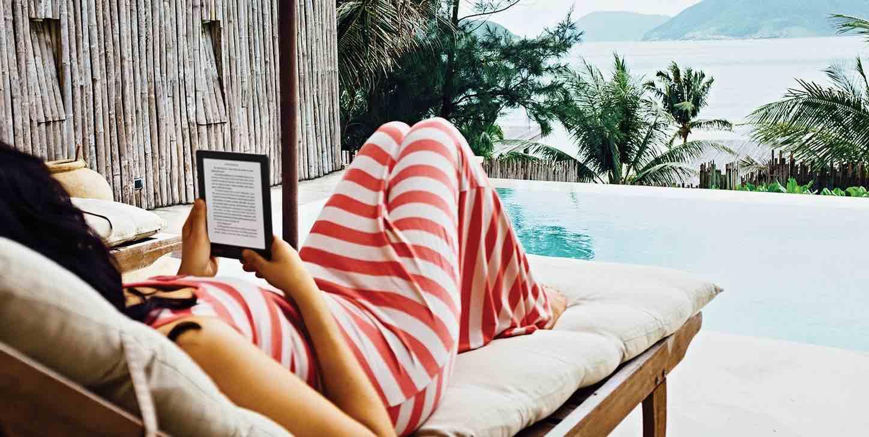 Lectrice et liseuse sur le patio