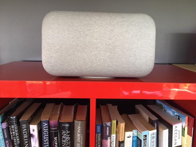 Google Home Max occupe un espace significatif sur une tablette