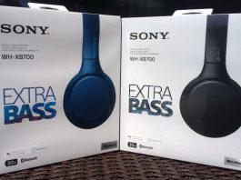 Les deux boîtes blanches contenant les écouteurs WH-XB700 de Sony. Chaque boîte porte le nom « SONY WH-XB700 EXTRA BASS ». Les boîtes sont dehors à la lumière du soleil. La boîte de gauche contient une paire d'écouteurs en bleu, tandis que la boîte de droite contient une paire d'écouteurs en noir.