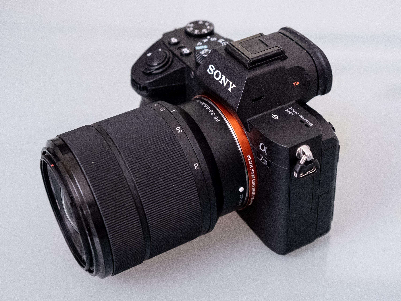 L'a7 III de Sony avec l'objectif OSS FE 20-70mm f/3,5-5,6