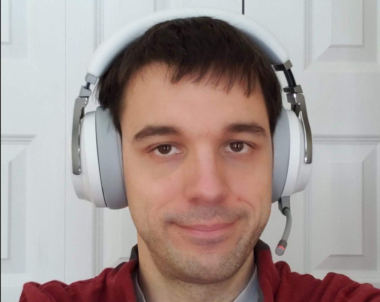 le blogueur porte le Casque de jeu sans fil avec microphone Virtuoso de Corsair