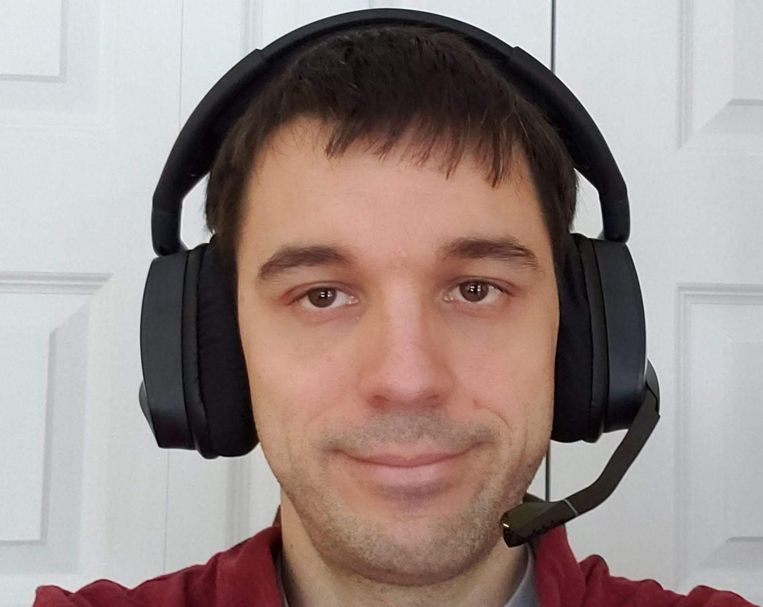 Le blogueur porte le Casque de jeu sans fil Void RGB Elite avec microphone de Corsair