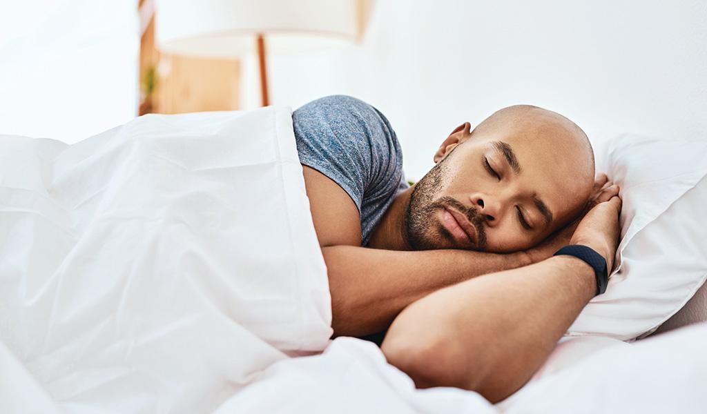 Homme qui se repose dans son lit