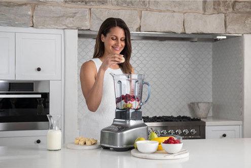 femme avec mélangeur