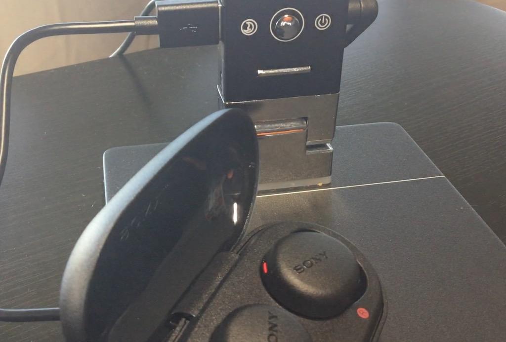 Le câble USB de recharge étant court (15 cm), prévoyez une station d'accueil appropriée.