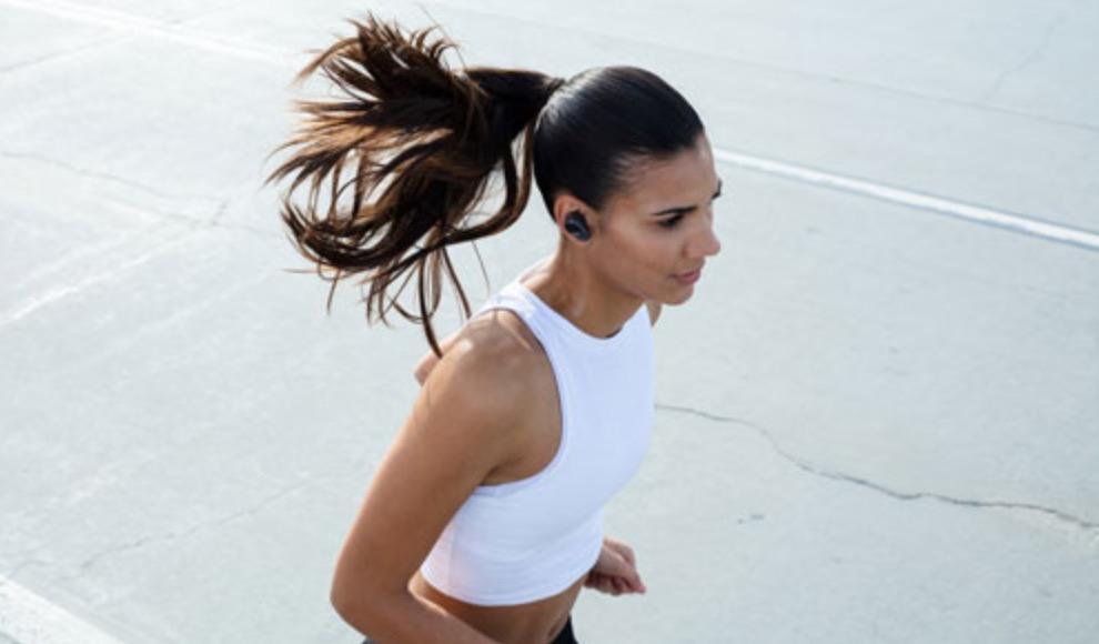 Coureuse portant les écouteurs