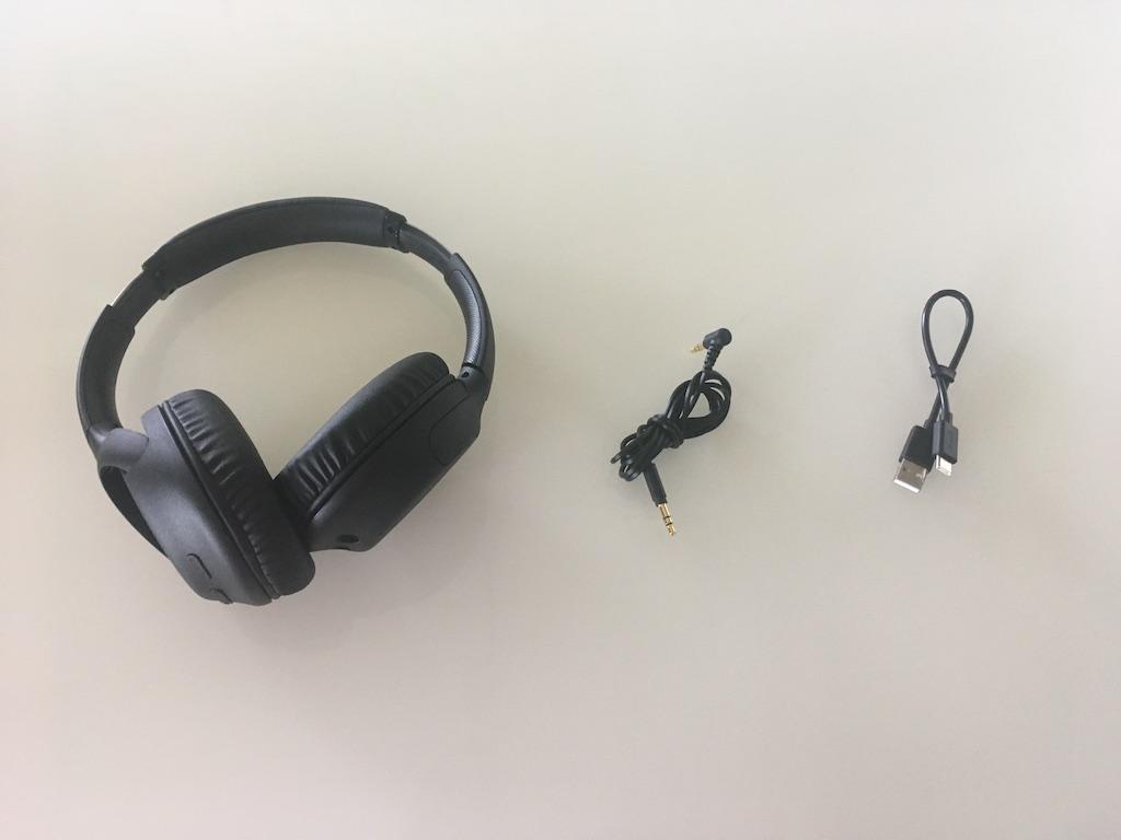 Le casque d'écoute est livré avec un fil audio 3,5 mm de 1,2 mètres et un câble de recharge USB.
