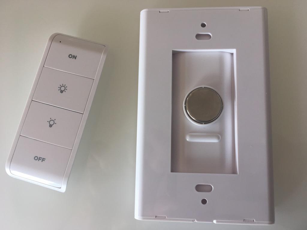L'interrupteur intelligent Sengled est une télécommande accompagnée d'une plaquette magnétique.