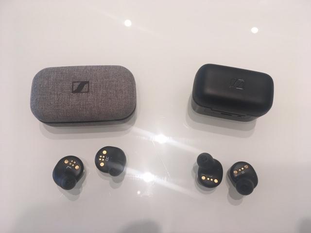 Les écouteurs CX 400BT (à droite sur l'image) et leur boîtier sont plus petits que dans le cas des Momentum, aussi de Sennheiser.