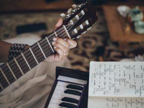 Guitare acoustique en cadeau