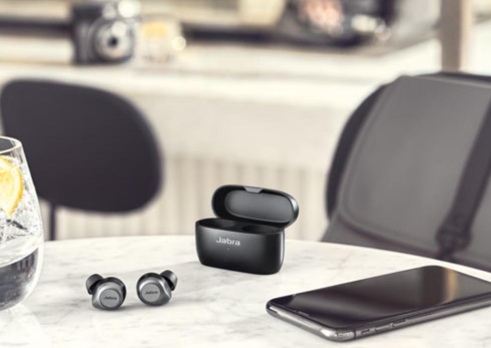 La suppression de bruit active fait des écouteurs Elite 85t de Jabra un bon choix de productivité.