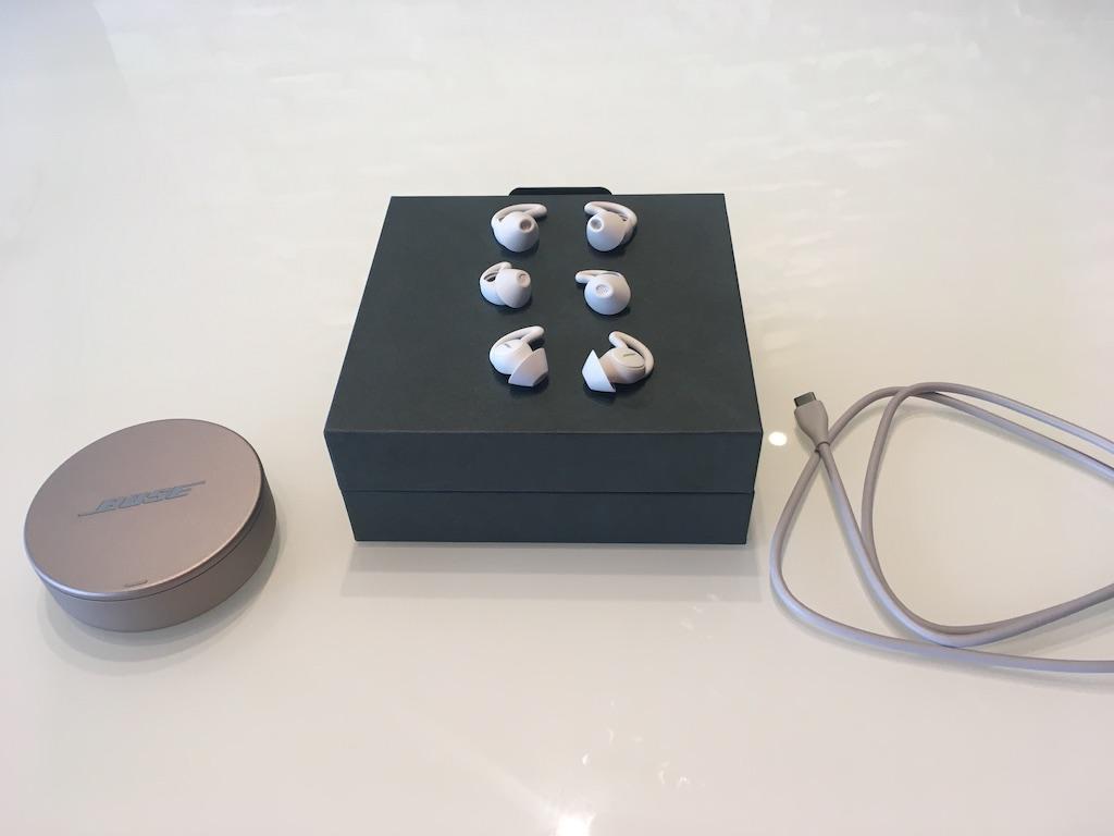 Les Sleepbuds II de Bose sont livrés avec un boîtier de recharge, trois paires d'embouts flexibles et un câble USB.