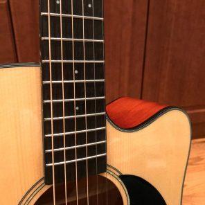 Guitare acoustique avec cutaway