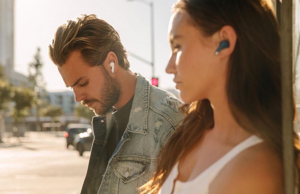 Mannequins portant les écouteurs Happy Plugs.