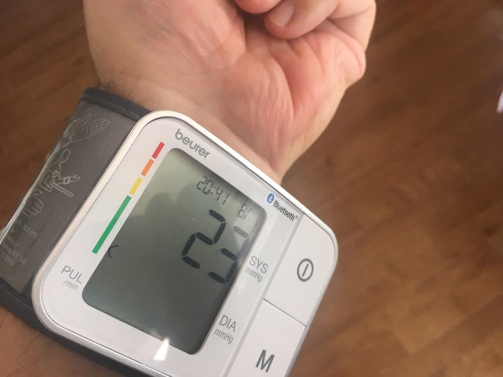 Le tensiomètre se porte sur l'intérieur du poignet, à un cm de la main.