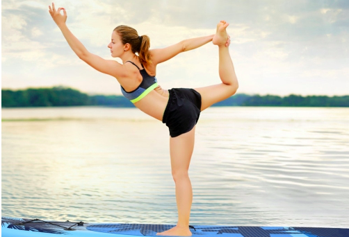 Femme qui pratique le yoga en pleine nature