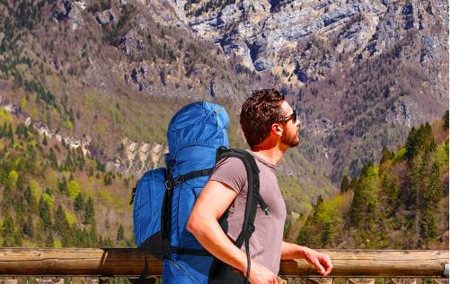 Homme en randonnée dans les montagnes