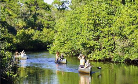 Famille et amis en kayak sur la rivière