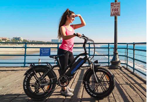Jeune fille à vélo près de la plage