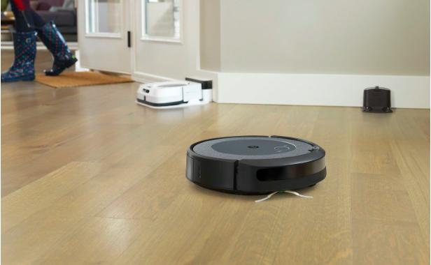 Aspirateur robot qui termine son nettoyage lors de votre retour à la maison