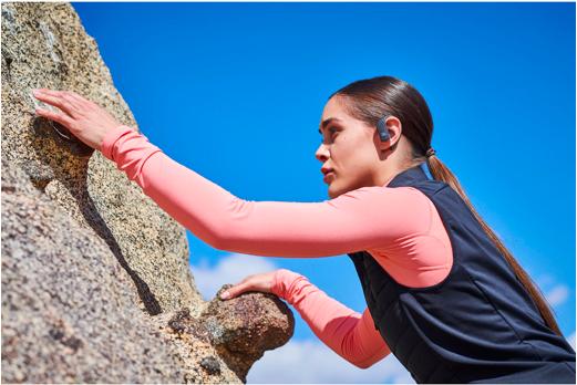 Faire de l'escalade avec des écouteurs sans fil