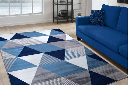Un grand tapis de salon à motif coloré et géométrique
