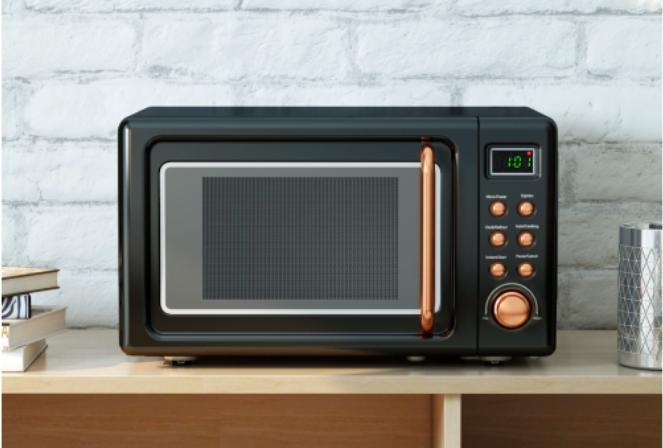 Un four à micro-ondes de comptoir