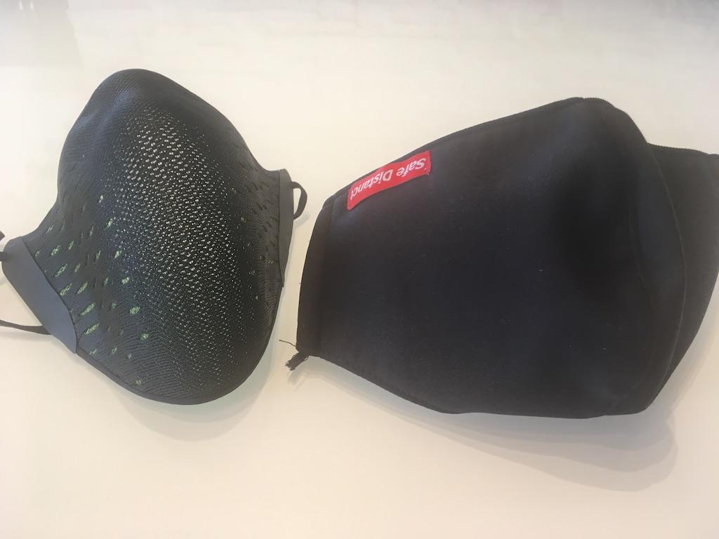 Le masque AirPop Active accompagné d'un masque souple de très grande taille, pour comparaison.