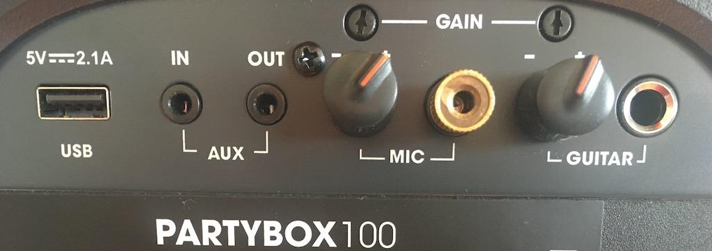 Outre la connectivité Bluetooth 4.2, le PartyBox 100 offre une entrée USB, une entrée/sortie auxiliaire et des connecteurs ajustables pour microphone et pour guitare.