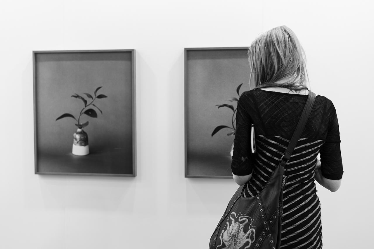 Femme dans une exposition - conseils photo 101  (c) Stéphane Vaillancourt