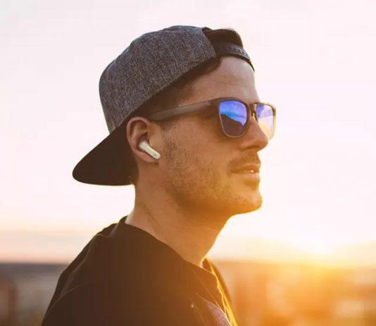 Jeune homme avec écouteurs boutons